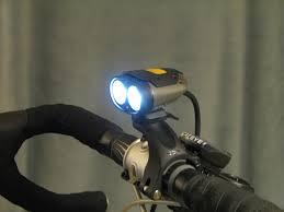 Lampka rowerowa zaczepiona na rowerze